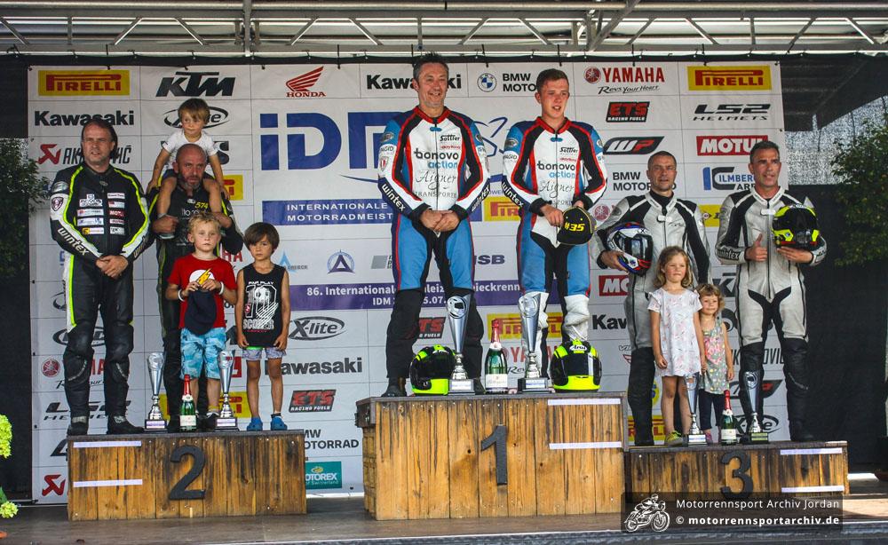 Familiäre Siegerehrung mit dem Sidecar-Nachwuchs: Sattler/Schmidt (Mitte) siegten vor Grabmüller/Lavorel (links) und Schwegler/Kopecky.