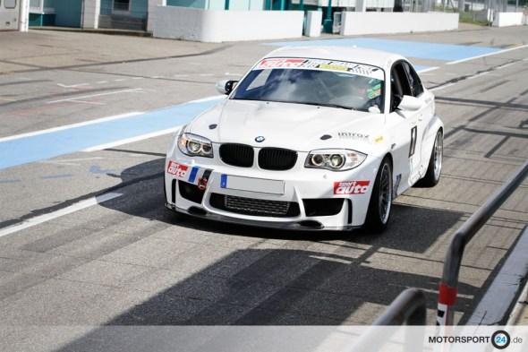 Weißer BMW 1M fährt in Hockenheim