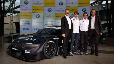 Rennfahrer Augusto Farfus und Andy Priaulx vor dem BMW M3 DTM 2012