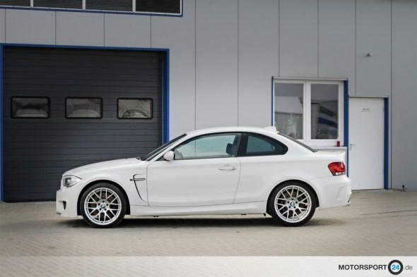 weißer BMW 1M Ansicht von der Seite