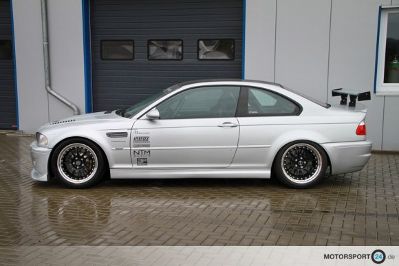 Silberner BMW M3 E46 in der Seitenansicht