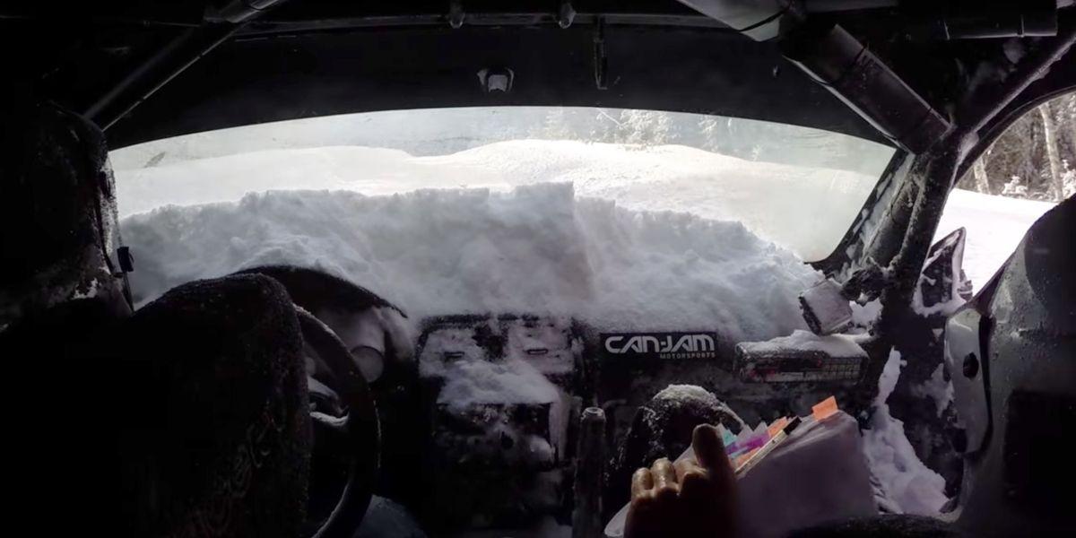 Nem sempre é fácil a vida nos rallys, que o diga este co-piloto.