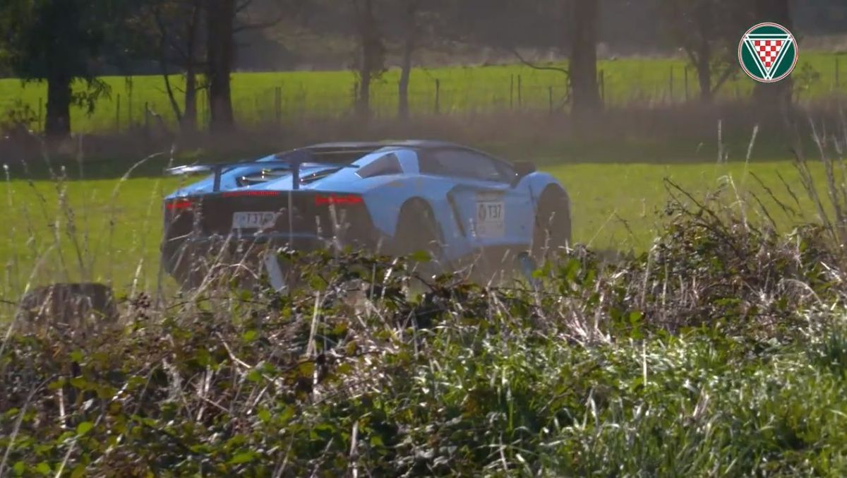 Lamborghini Aventador SV tem saída de estrada aparatosa