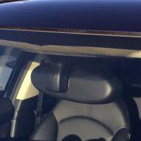 Já pensaram qual a  função dos pontos negros no vidro do carro?