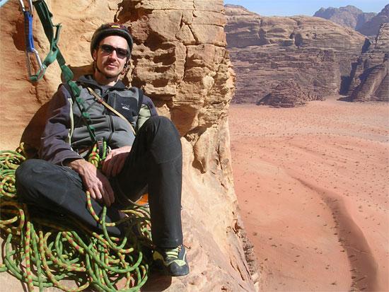 Максим Костров отдыхает на маршруте на стене North Nassrani