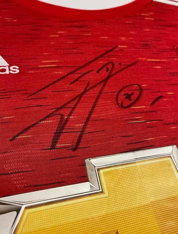authentically signed edinson-cavani autograph up close