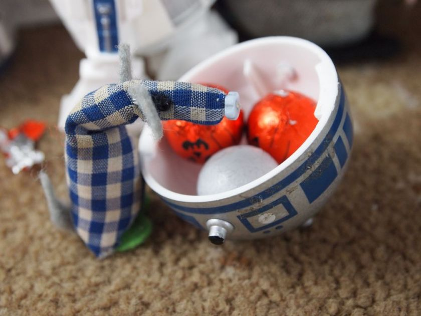 Micro has gathered some chocolates in the top of R2