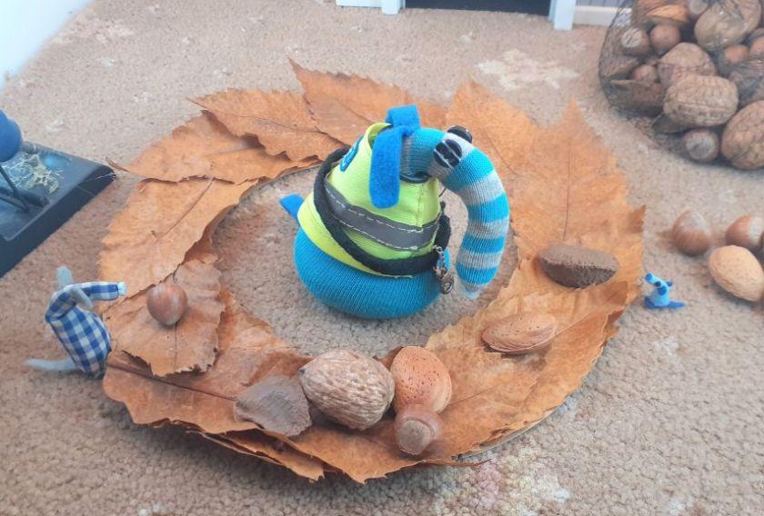 They start laying Walnuts, almonds, hazelnuts and brazil nuts on the wreath
