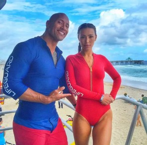 De nieuwe Baywatch dames met Dwayne 'The Rock' Johnson