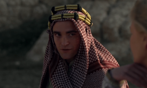 Robert-Pattinson-Keffiyeh-Lawrence-of-Arabia-Queen-of-the-Desert-Picture-1000x600