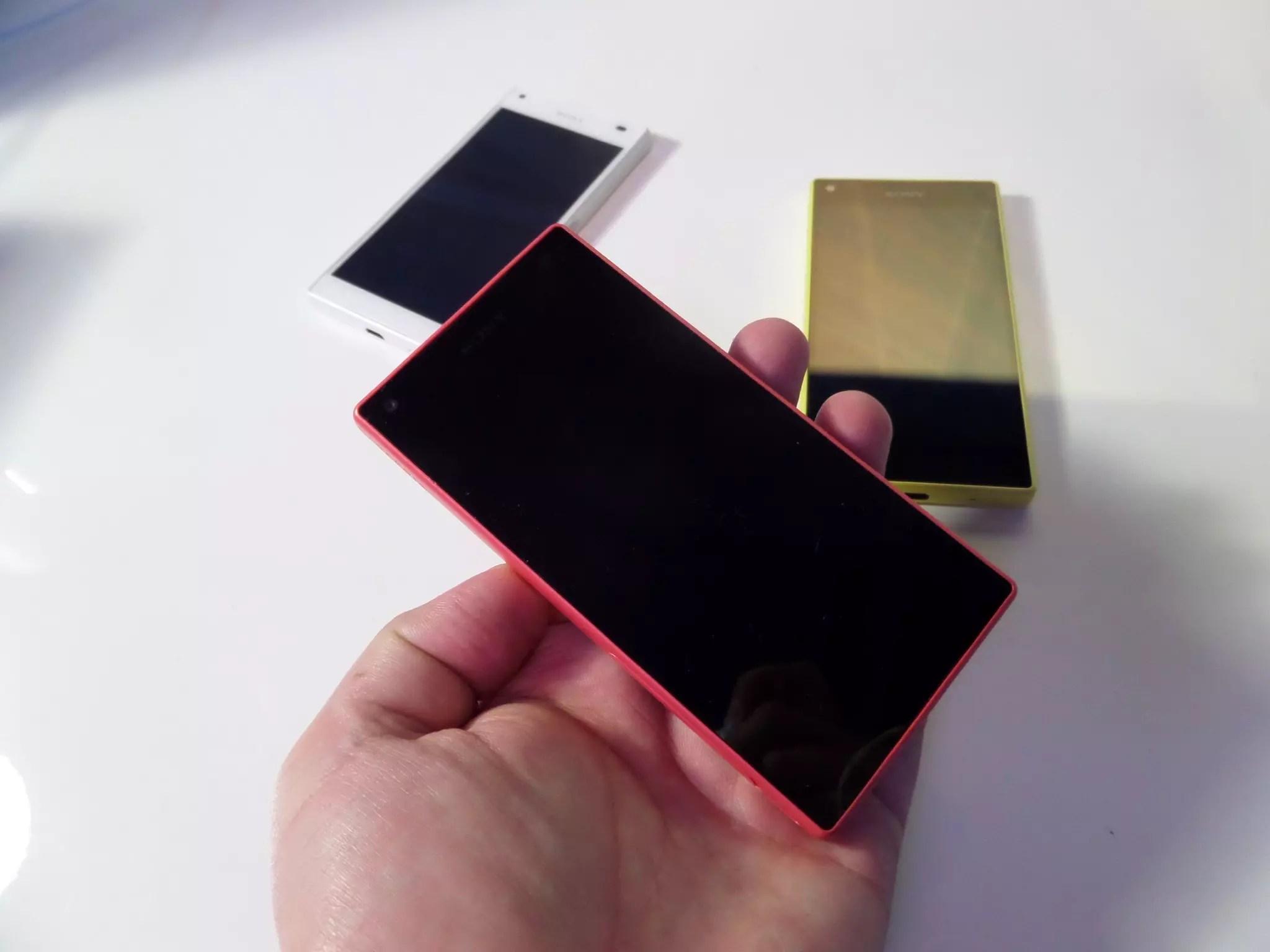 Sony Xperia Z5 Compact colores mano