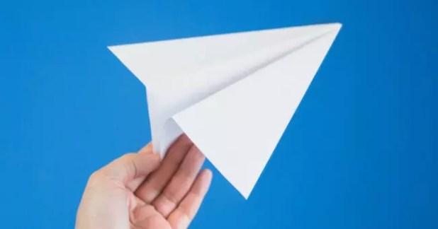 logo telegram en mano