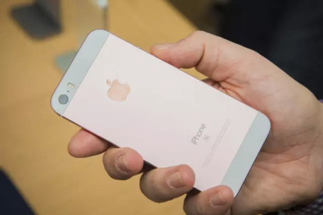 Diseño del iPhone SE en color rosa