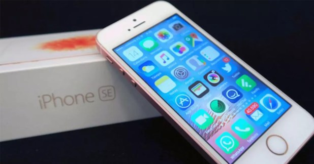iPhone SE con su caja de embalaje