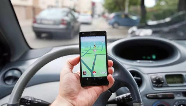 Jugador de Pokémon Go en el auto entretanto conduce