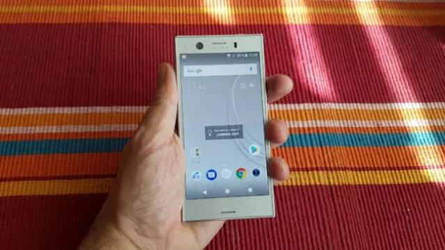 Teléfono Sony℗ Xperia(móvil) XZ1 Compact en la mano