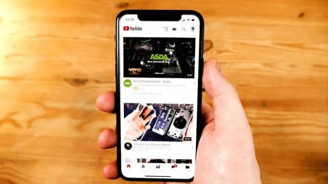 iPhone X ejecutando la aplicación de YouTube