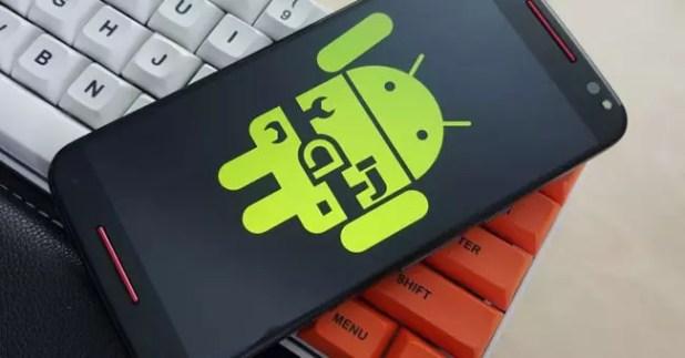 Icono de Android sobre la pantalla de un smartphone