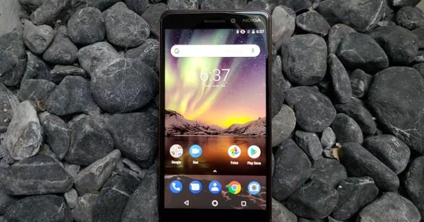 Teléfono Nokia 6.1 con fondo piedras