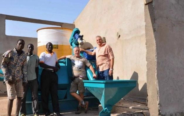 """Foto """"Enrico Spinelli  e Stefano Piemontese in un precedente viaggio in Burkina"""" dal sito del Movimento Shalom"""