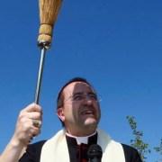 A proposito del defibrillatore benedetto dal Vescovo Andrea. Il pensiero di Shalom per una scuola veramente laica
