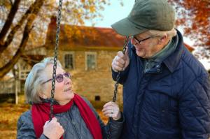old couple tlaking about how to choose a good retirement location