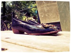 Als je een Vlaming voor zijn kont schopt prijst hij de kwaliteit van je schoenen en apprecieert hij dat je beenreflex soepel is gebleven. Johan Anthierens