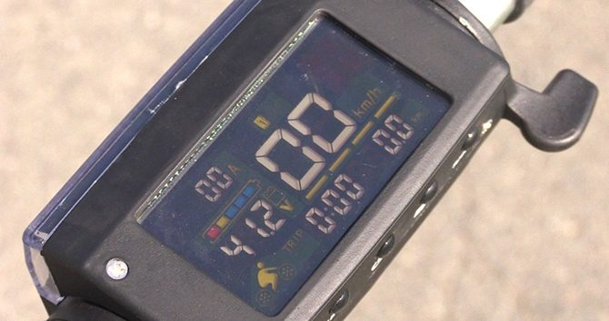 L'écran OLED du S1 avec affichage de la vitesse et de la batterie