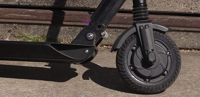 Le moteur de la roue avant fonctionne également comme un frein magnétique régénératif