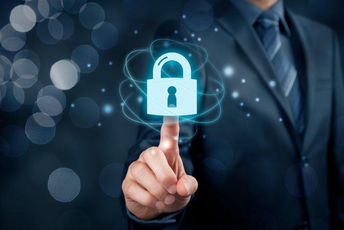 Jemand, der ein digitales Schloss berührt, um die Cybersicherheit darzustellen