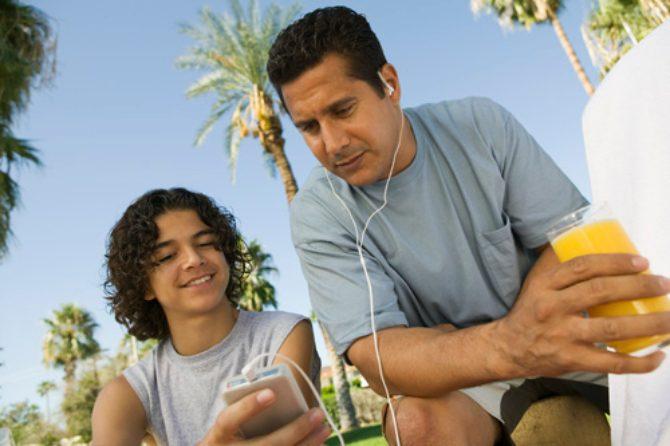 Eine Familie, die MP3s hört