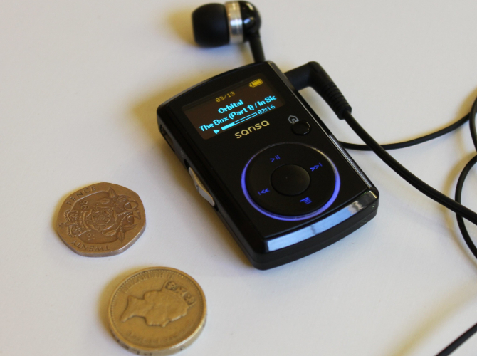 Ein Größenvergleich zwischen einem MP3-Player und einem Raum