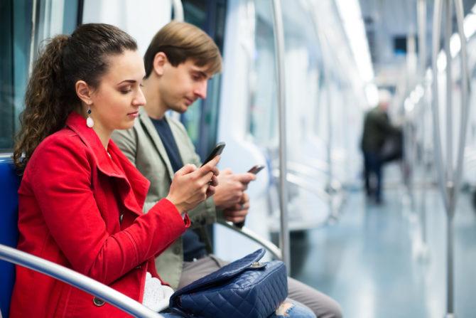 les gens sur les téléphones métro