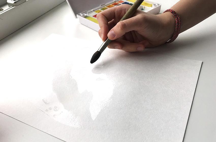Ajouter de l'eau au papier aquarelle
