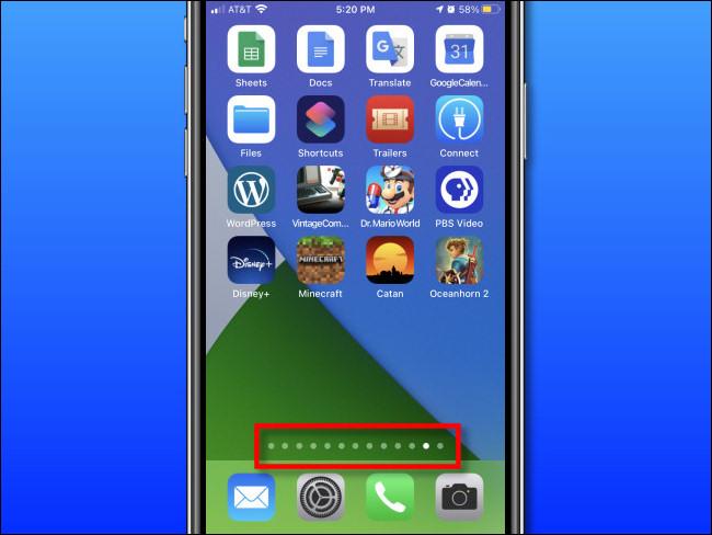 Die Startbildschirmseite befindet sich über dem Dock eines iPhones.