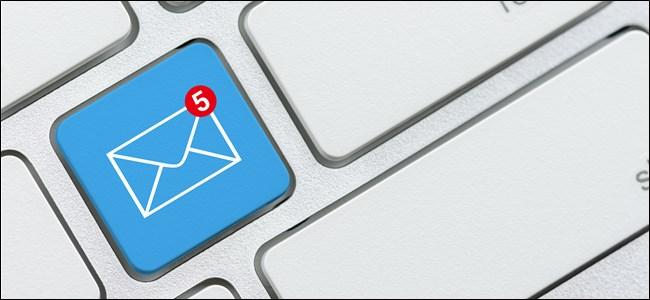 Eine E-Mail-Benachrichtigung auf einer Tastatur.