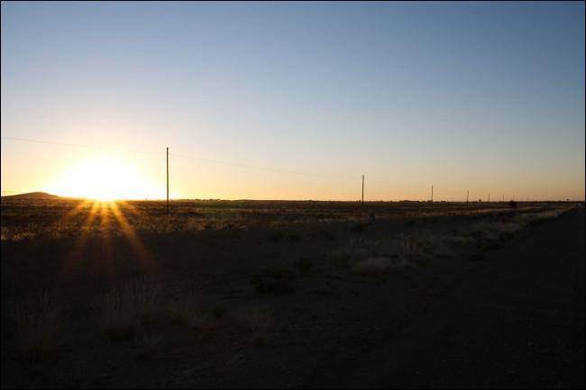 Une image RAW non modifiée d'un coucher de soleil avec des ombres sombres et des reflets clairs.