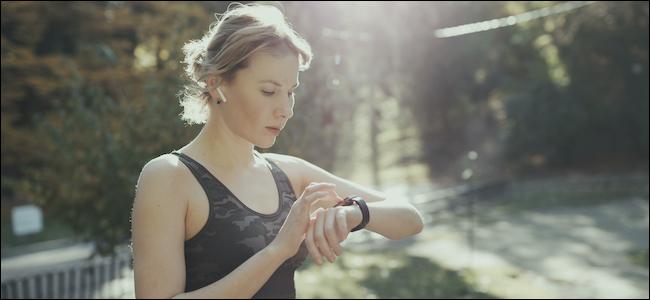 Personne portant des AirPods d'Apple et interagissant avec l'Apple Watch