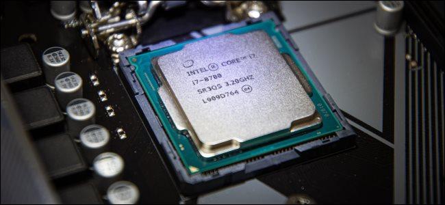 Un Intel Core i7-8700 dans une carte mère.