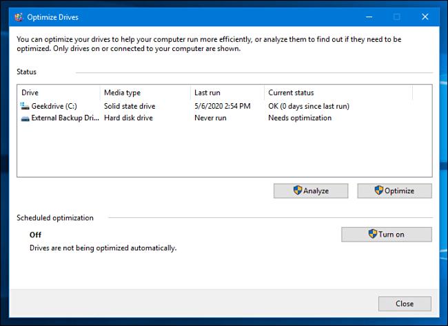 Une liste de lecteurs dans l'outil d'optimisation et de défragmentation de Windows 10