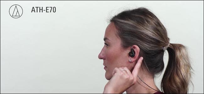 Une femme portant des écouteurs intra-auriculaires Audio Technica ATH-E70.