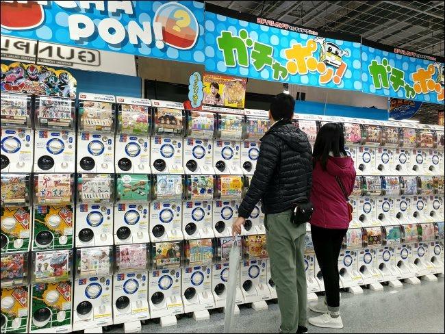 Machines à Gachapon dans un magasin d'électronique au Japon.