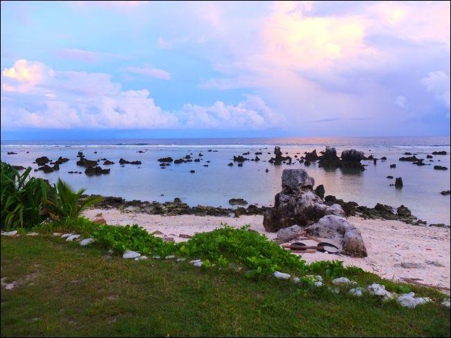 Korallenfelsen am Anibare Beach in Nauru.