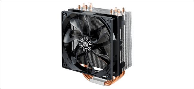 Un refroidisseur de processeur avec un grand ventilateur et des tuyaux en cuivre dépassant du bas.