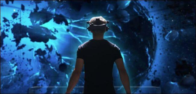 Homme portant un casque HTC Vive Pro