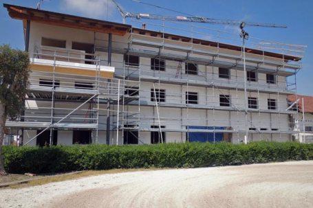 Vinovo ultimata la parte esterna e il rivestimento delle pareti, si passa all'interno e alla posa degli impianti.