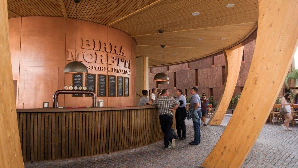 Bottega Moretti, il padiglione in legno xlam di Birra Moretti a Expo 2015 - bancone piano terra