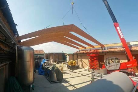 Copertura-in-legno-lamellare-cantine-Ceretto-montaggio-01-Mozzone-Building-System