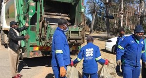 Johannesburg City Parks and Zoo employees cleaning locals. Photo by CAJ News