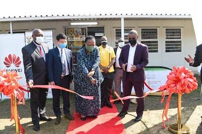 DIRCO Minister, Dr Naledi Pandor, KZN Education MEC, Kwazi Mshengu, Huawei SA CEO, Spawn Fan and Siqongweni High School Principal, Bhekizizwe Dlamini cut the ribbon, declaring the science laboratory and library open
